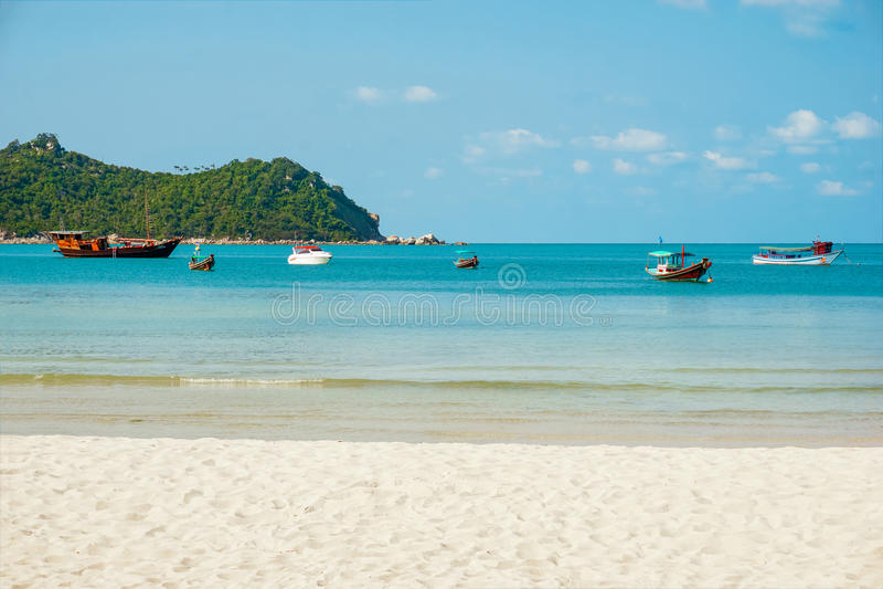 Fartyg på en tropisk östrand, Thailand Koh Phangan arkivfoto