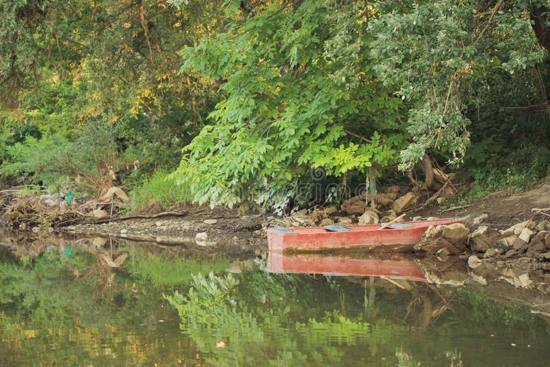 Fartyg på floden arkivbilder