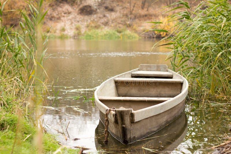 Fartyg på floden in arkivfoto