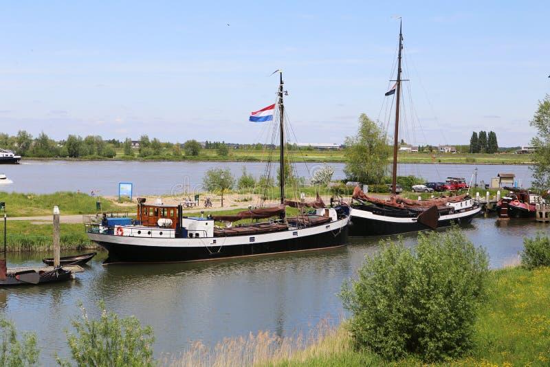 Fartyg på floden med en holländsk flagga royaltyfria foton