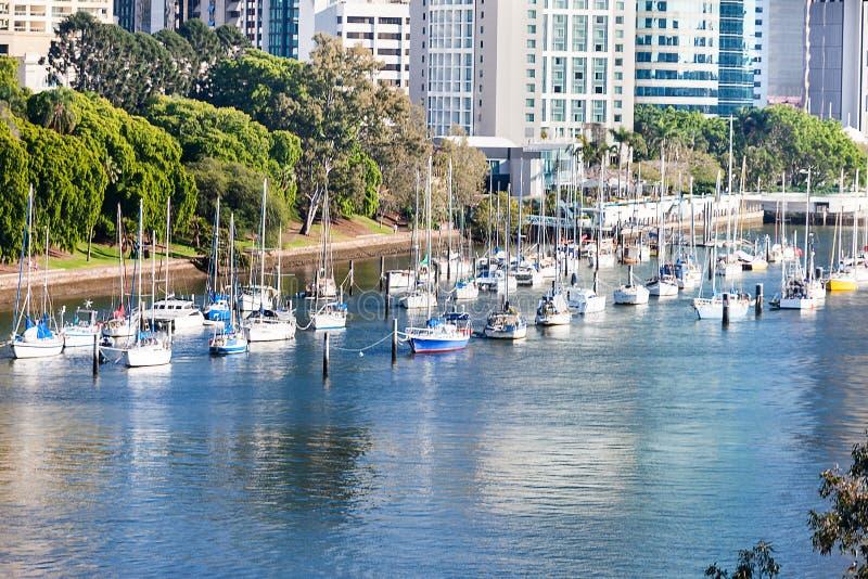 Fartyg p? floden som k?r bredvid gr?nt lock och stad royaltyfria bilder