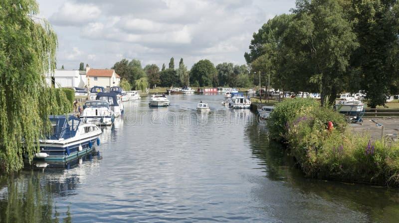 Fartyg på floden Waveney, Beccles, Suffolk, UK royaltyfria foton