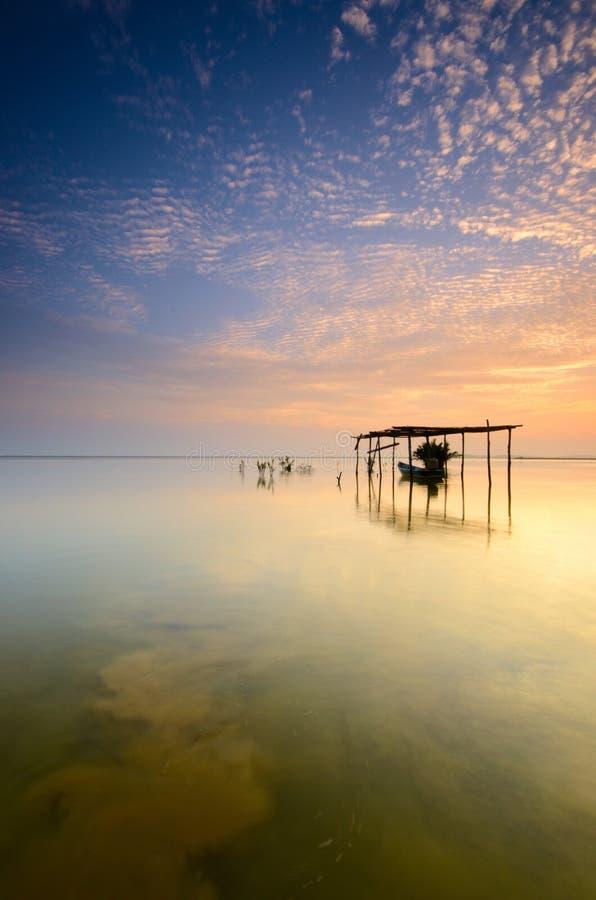 Fartyg på garaget på härlig soluppgångtid Jubakar strand kelantan, Malaysia Mjuk lång exponering för fokus tack vare arkivfoton