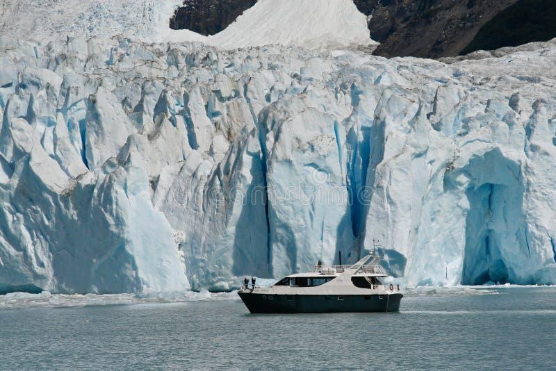 Fartyg på glaciären Perito Moreno i El Calafate, Patagonia, Argentina royaltyfri foto
