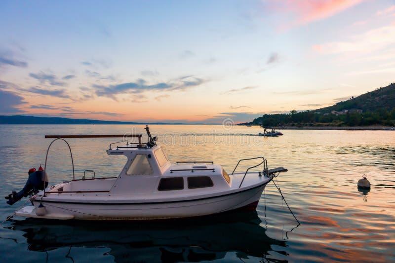 Fartyg på hamnen i Adriatiskt havet i Omis på solnedgången royaltyfri fotografi