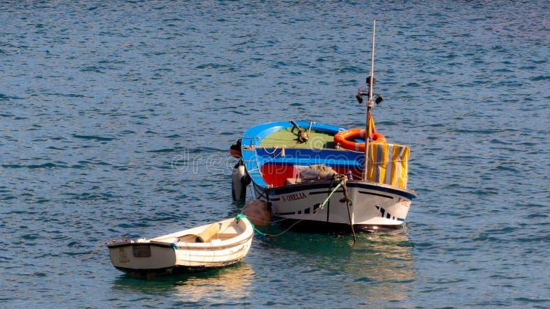 Fartyg på havet härliga färger fotografering för bildbyråer