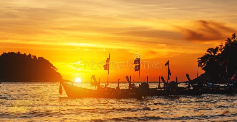 Fartyg på havet mot bakgrunden av solnedgången royaltyfri fotografi
