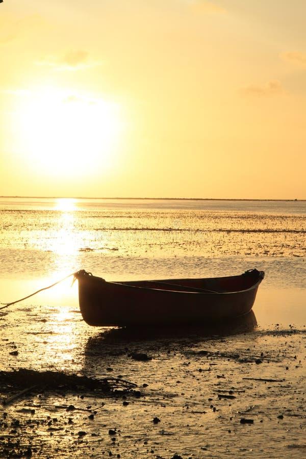 Fartyg på solnedgånghavet arkivbilder