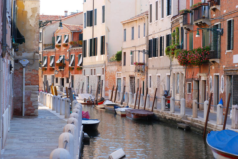 Fartyg på kanalen i Venedig fotografering för bildbyråer