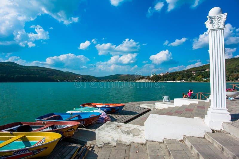 Fartyg på kusten av sjön Abrau royaltyfria bilder