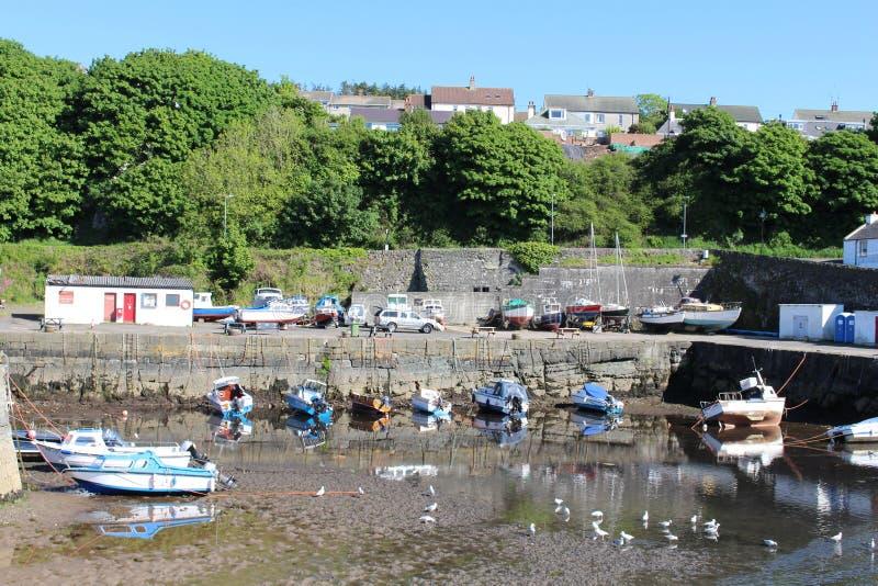Fartyg på lågvatten Dunure härbärgerar, ayrshiren, Skottland royaltyfria foton