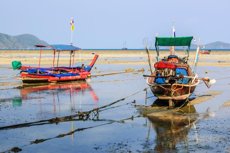 Fartyg på lågvatten, Rawai strand, Phuket, Thailand royaltyfri bild