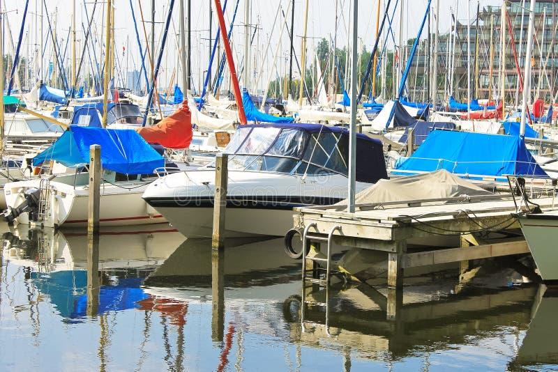 Fartyg på marinaen Huizen. royaltyfri bild