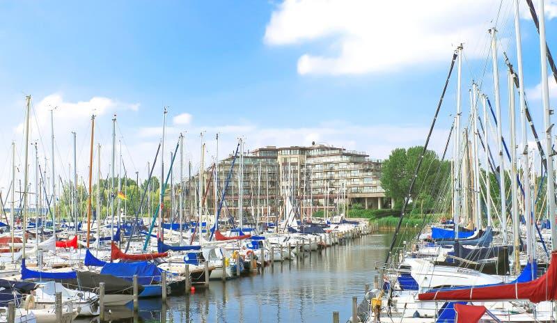 Fartyg på marinaen Huizen. fotografering för bildbyråer