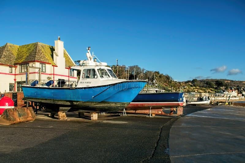 Fartyg på påfarten - Lyme Regis arkivfoto