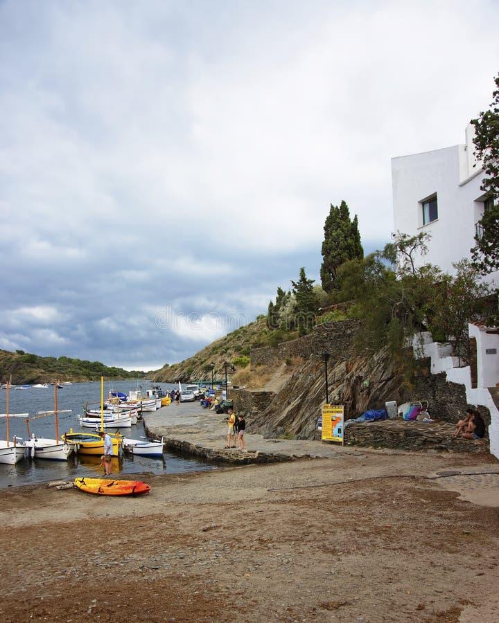 Fartyg på pir i port Lligat på stormigt väder royaltyfri foto