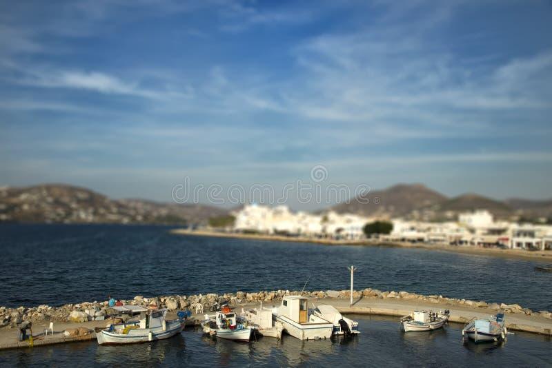 Fartyg på pir med lutandeeffekt i Paros, Grekland royaltyfri fotografi