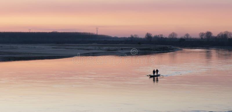 Fartyg på Po River - Cremona, Italien royaltyfri foto
