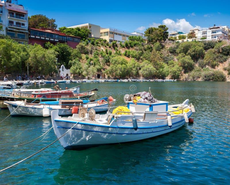 , Fartyg på sjön Voulismeni agios crete nikolaos arkivbild