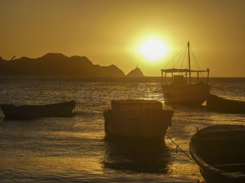 Fartyg på solnedgången i den Taganga fjärden Colombia royaltyfri bild