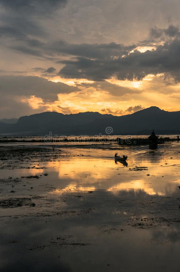 Fartyg på solnedgången på Inle sjön, Myanmar royaltyfri fotografi
