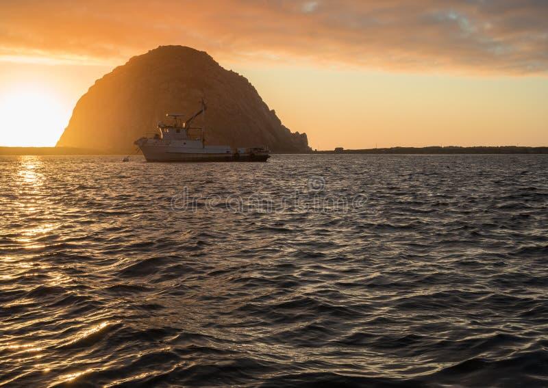 Fartyg på solnedgången, Morro fjärd royaltyfri fotografi