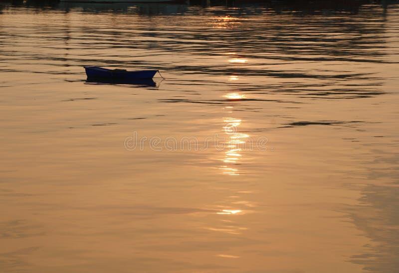 Fartyg på soluppgång i Thailand arkivbild
