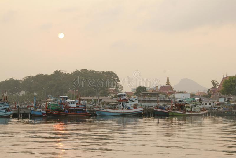 Fartyg på soluppgång i Thailand arkivfoto