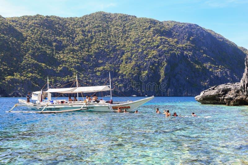Fartyg på stranden av El Nido, Filippinerna arkivbild