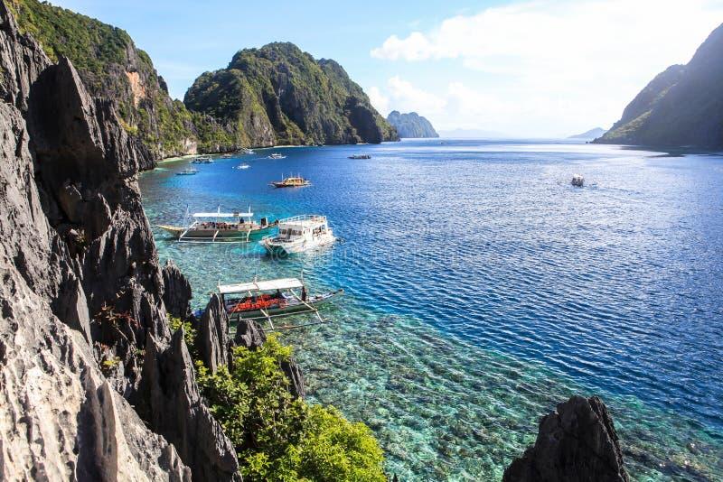 Fartyg på stranden av El Nido, Filippinerna royaltyfria bilder