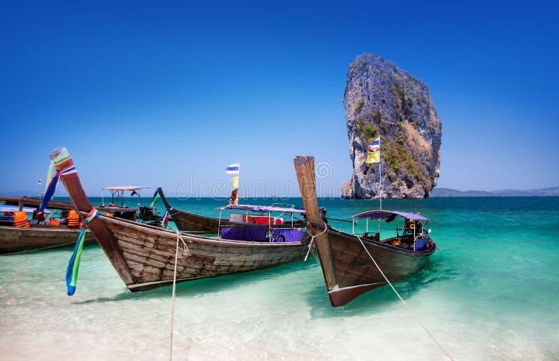 Fartyg på stranden på den Phuket ön, turist- dragning i Thaila royaltyfria bilder