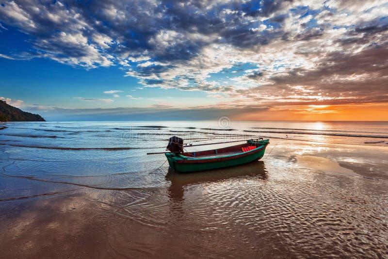 Fartyg på stranden på solnedgången royaltyfria foton