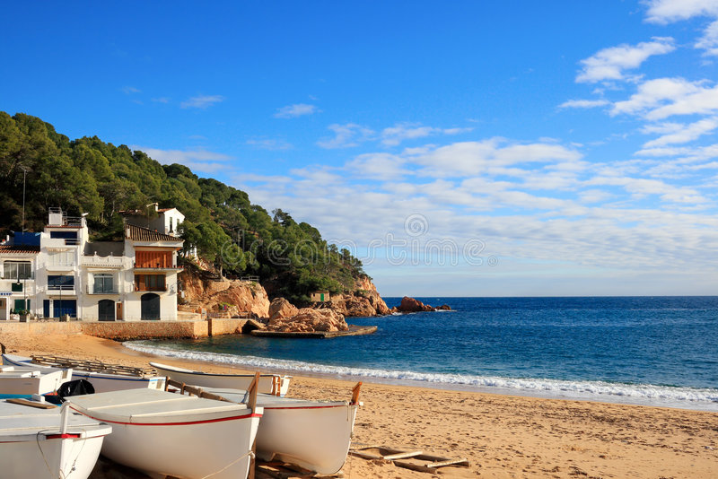 Fartyg på stranden på Tamariu (costaen Brava, Spanien) royaltyfri bild