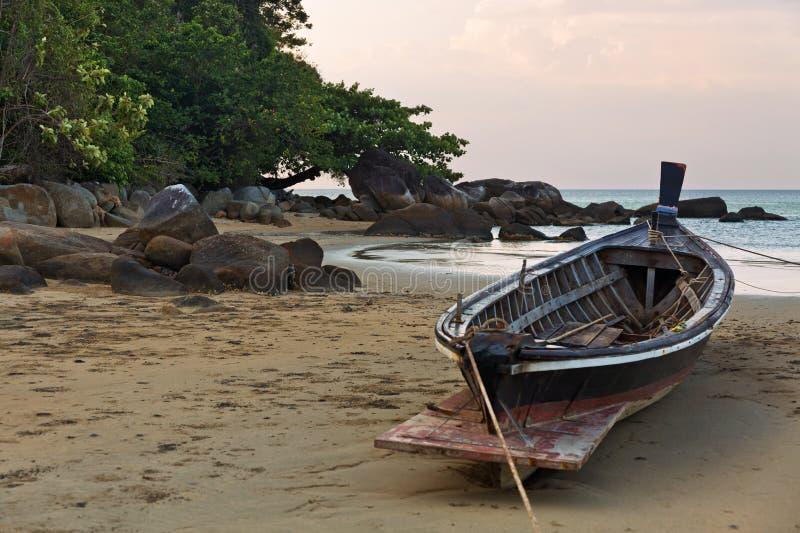 Fartyg på stranden på solnedgången arkivfoton