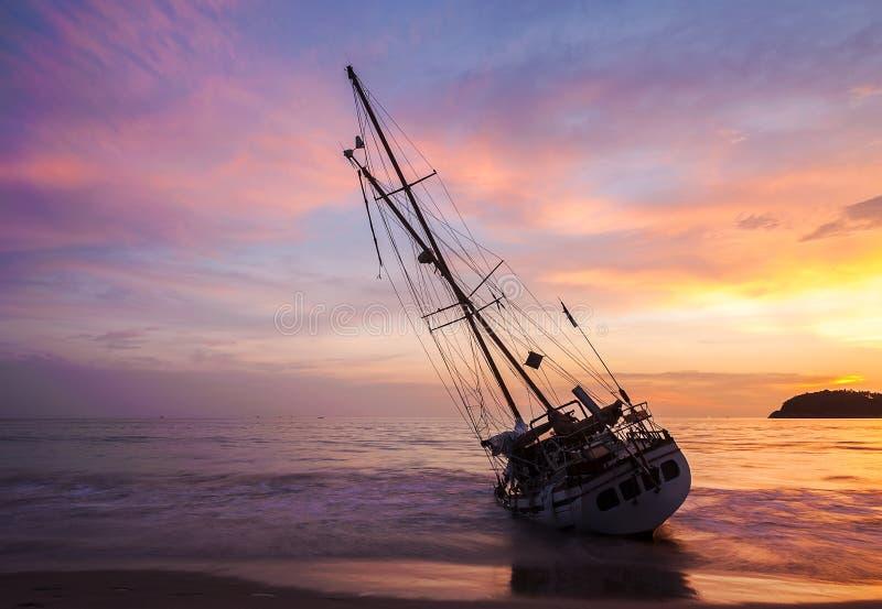 Fartyg på strandsidan royaltyfri bild