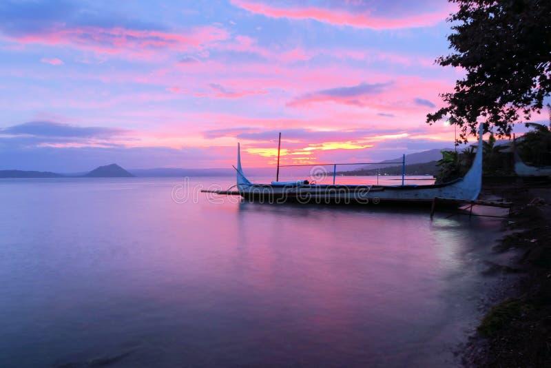 Fartyg på Taal sjön framme av vulkan, Filippinerna royaltyfria bilder