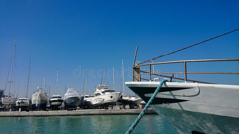 Fartyg på torr skeppsdocka royaltyfria bilder