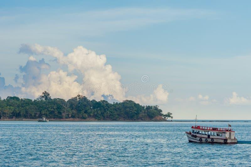 Fartyg som ankras i Andaman öar, Indien arkivfoton