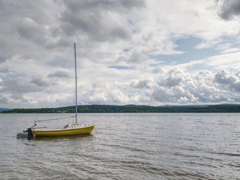 Fartyg som ankras i lugna fjärd Touristic semesterort med inget royaltyfria foton