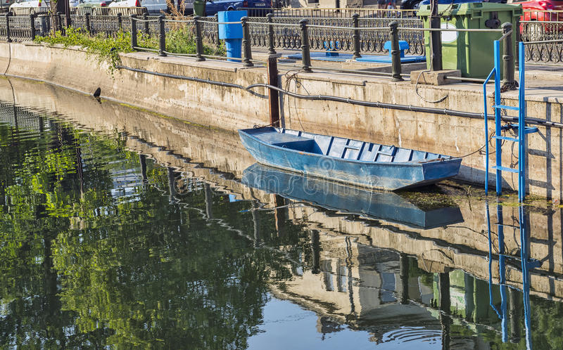 Fartyg som anslutas på den Dambovita floden i Bucharest arkivbilder