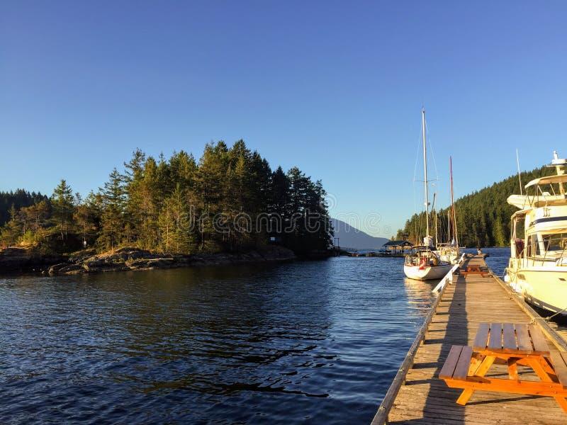 Fartyg som anslutas på en fridsam afton på Alexander Island, som är i västra fjärd, Gambier ö, Howe Sound, British Columbia, Kana arkivbild