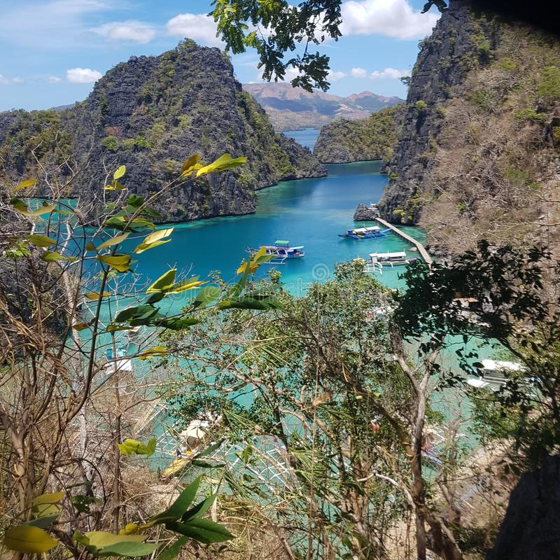 Fartyg som ansluter område på Kayangan sjön Coron Palawan arkivfoton