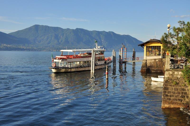 Fartyg som att närma sig Cannero Riviera, sjö (lagoen) Maggiore, Italien royaltyfria bilder