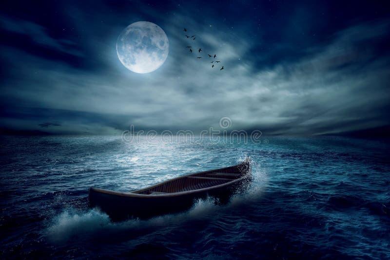Fartyg som driver i väg från forntid i mitt av havet efter storm utan kurs royaltyfri fotografi