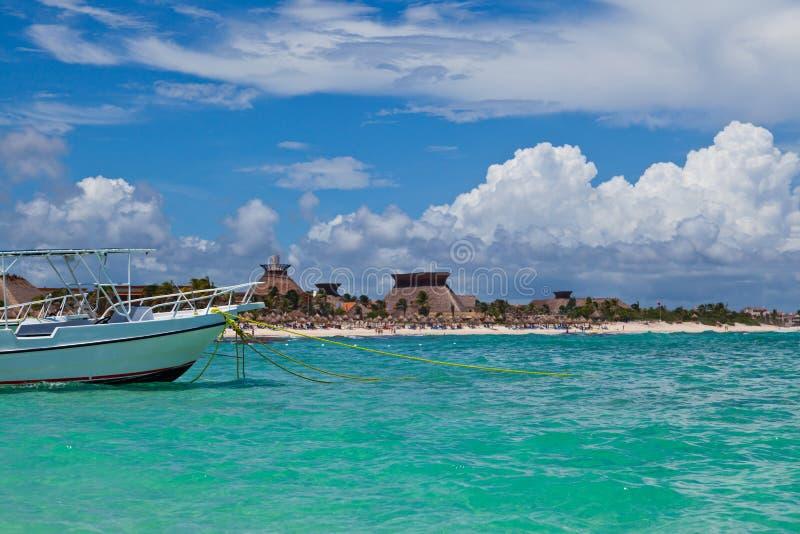 Fartyg som förtöjas i en Mayan Riviera strand arkivbild