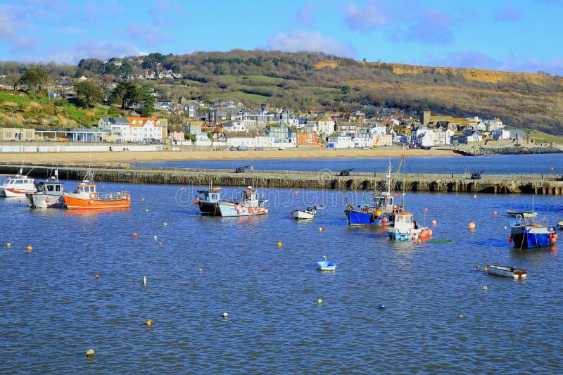 Fartyg som förtöjas i Lyme Regis arkivbild