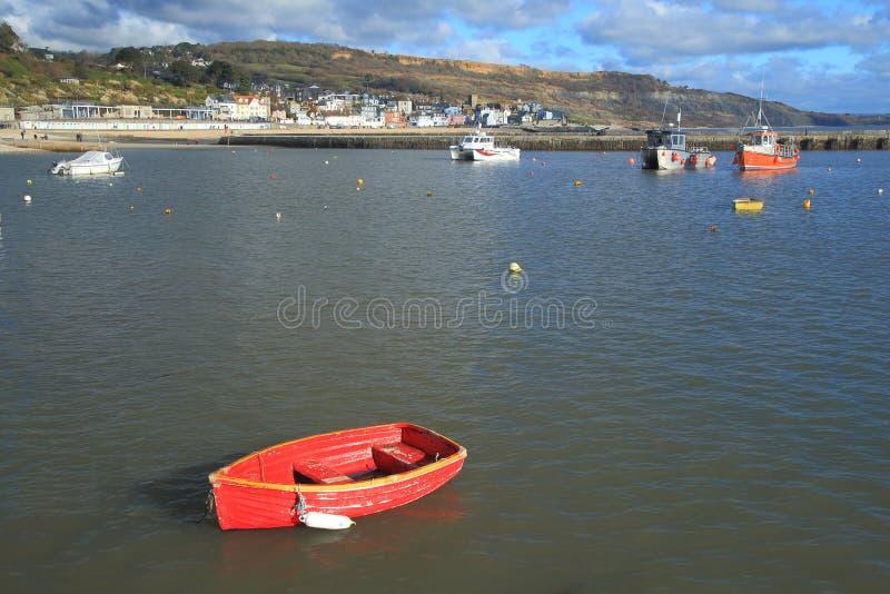 Fartyg som förtöjas i Lyme Regis royaltyfri fotografi
