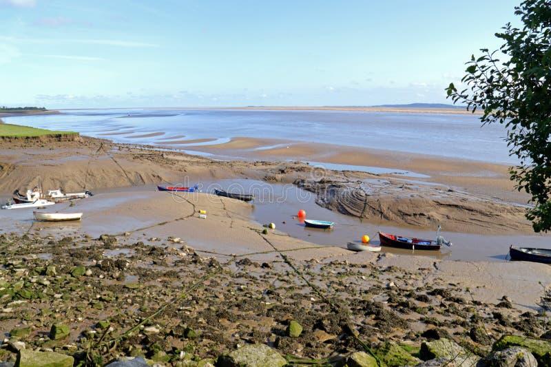Fartyg som förtöjas på deebreda flodmynningen arkivbilder