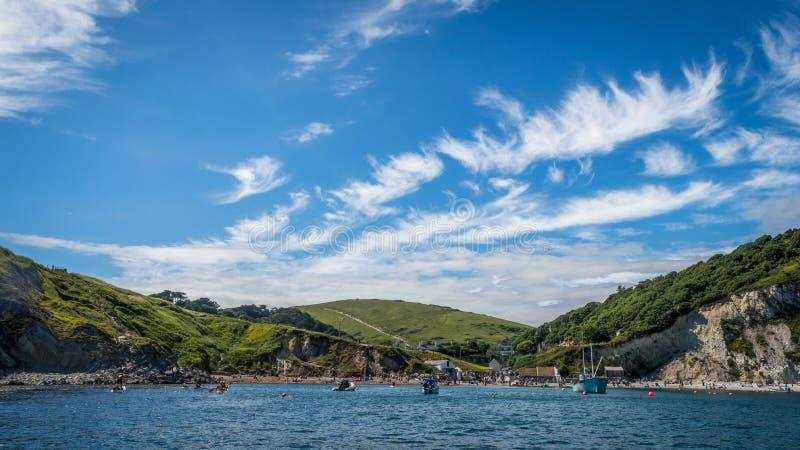 Fartyg som förtöjas på den Lulworth lilla viken på Dorset, seglar utmed kusten royaltyfria bilder