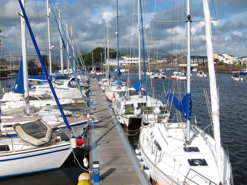 Fartyg som förtöjas på den Porthmadog hamnen. arkivfoton